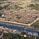 Photo aérienne des fortications et remparts d'Aigues-Mortes (30220), département du Gard, Région Lanquedoc-Roussillon, Camargue, sud de la France